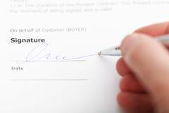 Klant die verkoopovereenkomst ondertekenen door zilveren pe Stock Foto