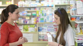 Klant in een drogisterij die één of ander medicijn kopen stock footage