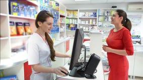 Klant in een drogisterij die naar medische producten zoeken stock video