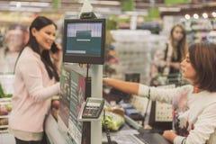 Klant plaatsbepaling dichtbij kassa in supermarkt royalty-vrije stock afbeeldingen