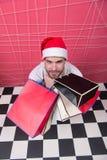Klant in rode hoed met papieren zakken, hoogste mening Stock Fotografie