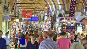 Klanten in de Grote Bazaar, Istanboel, Turkije stock videobeelden