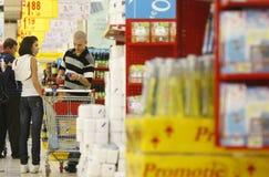 Klanten die bij supermarkt winkelen stock afbeeldingen
