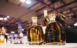 Klanten die en Franse wijn proeven kopen in Vignerons indep Royalty-vrije Stock Foto's