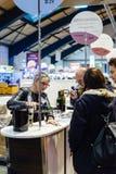 Klanten die en Franse wijn proeven kopen in Vignerons indep Stock Foto's