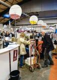 Klanten die en Franse wijn proeven kopen in Vignerons indep Royalty-vrije Stock Afbeeldingen