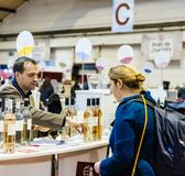 Klanten die en Franse wijn proeven kopen in Vignerons indep Royalty-vrije Stock Fotografie