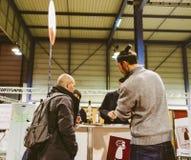 Klanten die en Franse wijn proeven kopen in Vignerons indep Stock Fotografie