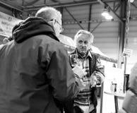 Klanten die en Franse wijn proeven kopen in Vignerons indep Stock Afbeeldingen