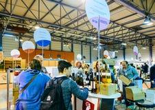 Klanten die en Franse wijn proeven kopen in Vignerons indep Royalty-vrije Stock Foto