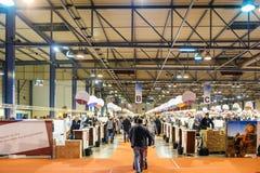Klanten die en Franse wijn proeven kopen in Vignerons indep Stock Foto