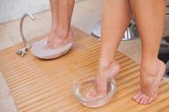 Klanten die hun voet reinigen Stock Foto's