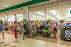 Klanten die in supermarkt omhoog vóór Cycloon Debbie op Aus opslaan stock afbeeldingen
