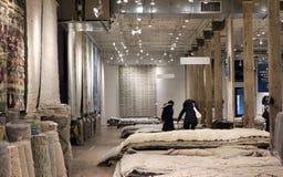 Klanten die voor dekens winkelen Royalty-vrije Stock Foto