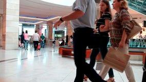 Klanten die in wandelgalerij winkelen stock video