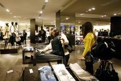 Klanten die in wandelgalerij winkelen - Zara opslagbinnenland Stock Afbeeldingen
