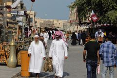 Klanten in Doha souq 2018 Royalty-vrije Stock Foto's