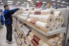 Klanten en planken met bouwmaterialen Stock Afbeelding