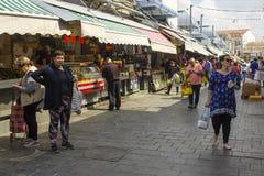Klanten met hun zakken bij de bezige de straatmarkt van Mahane Yehuda in Jeruslaem Israël Stock Foto