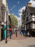 Klanten op Bailey Street in Oswestry Shropshire stock afbeeldingen
