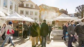 Klanten terwijl het winkelen bij een Noorse landbouwmarkt Royalty-vrije Stock Foto