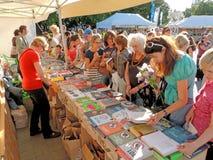 Klanten van de Boekenbeurs stock foto