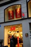 Klanten voor verkoop bij H&M Royalty-vrije Stock Foto