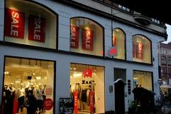 Klanten voor verkoop bij H&M Stock Foto