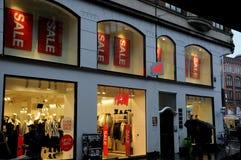 Klanten voor verkoop bij H&M Royalty-vrije Stock Afbeeldingen