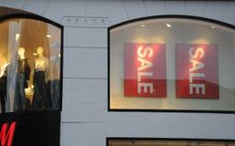 Klanten voor verkoop bij H&M Stock Fotografie