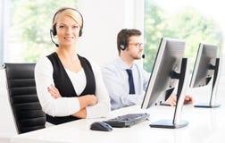 Klantenondersteuningsexploitanten in formalwear werkende gebruikende computers Royalty-vrije Stock Afbeelding