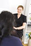 Klantenoverleg bij de kliniek van de lichaamsbehandeling stock afbeelding