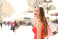 Klantenvrouw die in de straat in de zomer winkelen Stock Fotografie