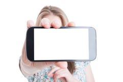 Klantenwijfje met zakken die lege smartphone tonen Royalty-vrije Stock Afbeeldingen