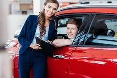 Klantenzitting in een auto, manager royalty-vrije stock afbeelding