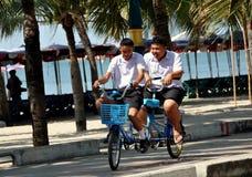 Klap Saen, Thailand: Studenten die fiets-bouwen-voor-Twee berijden Royalty-vrije Stock Afbeeldingen