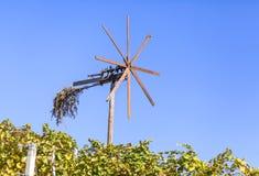 Klapotetz风车在酒路线的葡萄园里在施蒂里亚 库存照片