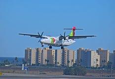 KLAPPAir Portugal flygplan på den Alicante flygplatsen royaltyfri foto