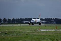 KLAPPAir Portugal nivå på landningsbana i Amsterdam flygplatsSchiphol AMS fotografering för bildbyråer