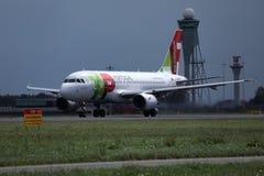 KLAPPAir Portugal nivå på landningsbana i Amsterdam flygplatsSchiphol AMS royaltyfri foto