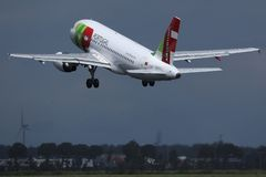 KLAPPAir Portugal nivå som tar av från landningsbana royaltyfri foto