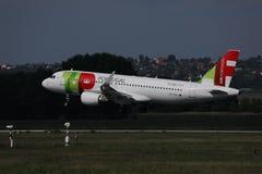KLAPPAir Portugal niv? som tar av fr?n landningsbana arkivfoto