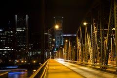Klappbrücke über dem Fluss in der Nachtbeleuchtung stockfotografie