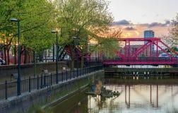 Klappbrücke an Surrey-Wasser Stockfotos