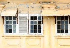 Klapperige Fenster mit breaked Glas Lizenzfreie Stockfotografie