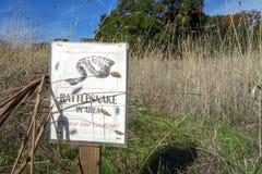 Klapperschlangenwarnschild in Kalifornien-Weinanbaugebiet Lizenzfreies Stockbild