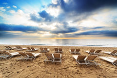 Klappstühle auf dem Strand Lizenzfreie Stockbilder