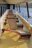 Klappstühle auf einem Kreuzschiff Stockbilder