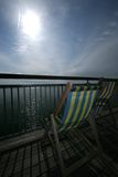 Klappstuhl auf Küste-Pier Stockbilder