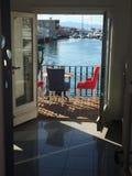 Klappstuhl auf Strand in Brighton Stockbilder